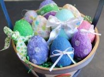 http://www.momendeavors.com/2011/04/paper-mache-easter-eggs-tutorial-gluenglitter.html